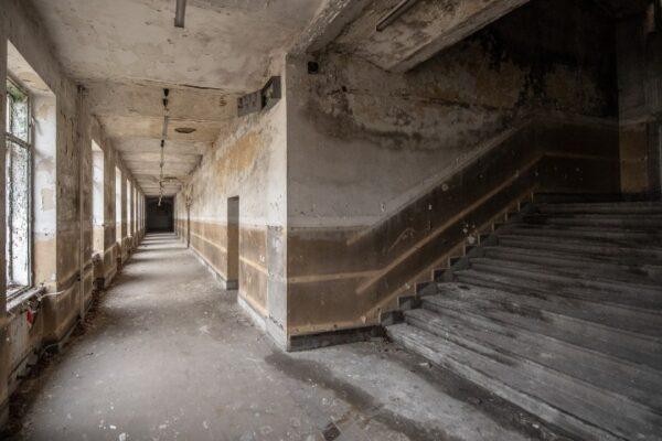 elhagyatott, pusztuló termei